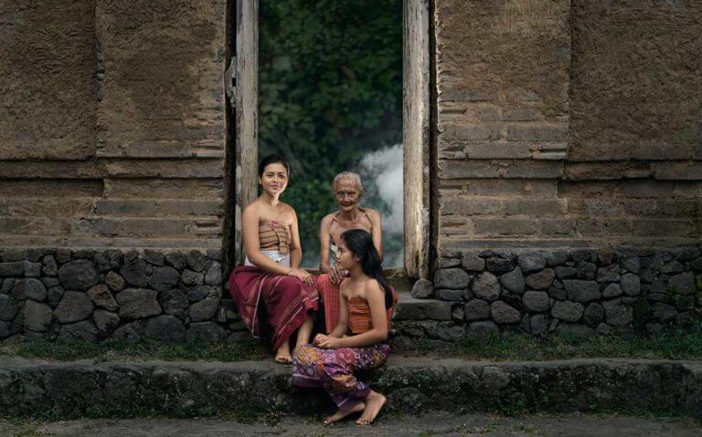 mulheres indonésias sentadas em calçada