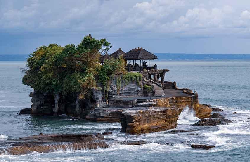 templo no meio do mar, uma das curiosidades da Indonésia é que tem muitos templos