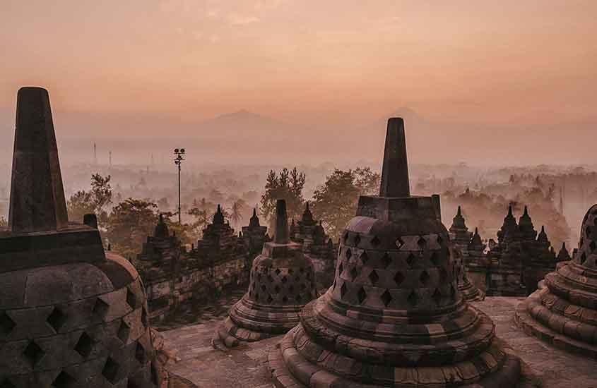 estruturas de pedra em templo, uma das curiosidades da Indonésia é que abriga o maior templo budista do mundo conhecido como Candi Borobudur