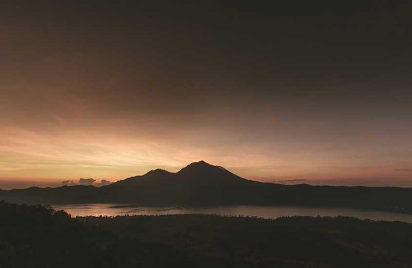 lago vulcânico durante anoitecer