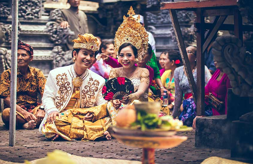 indonésios sorriem para foto, uma das curiosidades sobre a Indonésia é que ela possui um povo simpático
