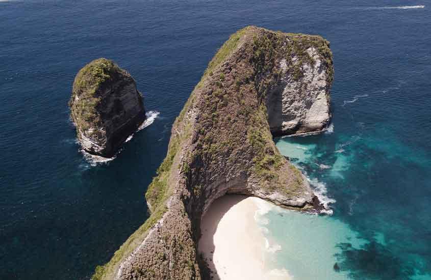 vista aérea de penhasco em mar azul da Indonésia