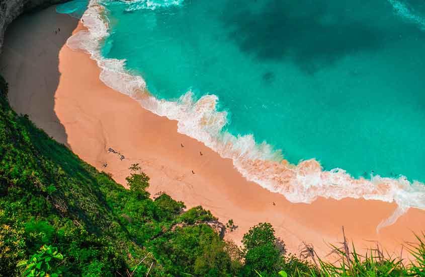 vista aérea de praia. Uma das curiosidades da Indonésia é que ela tem inúmeras praias paradisíacas