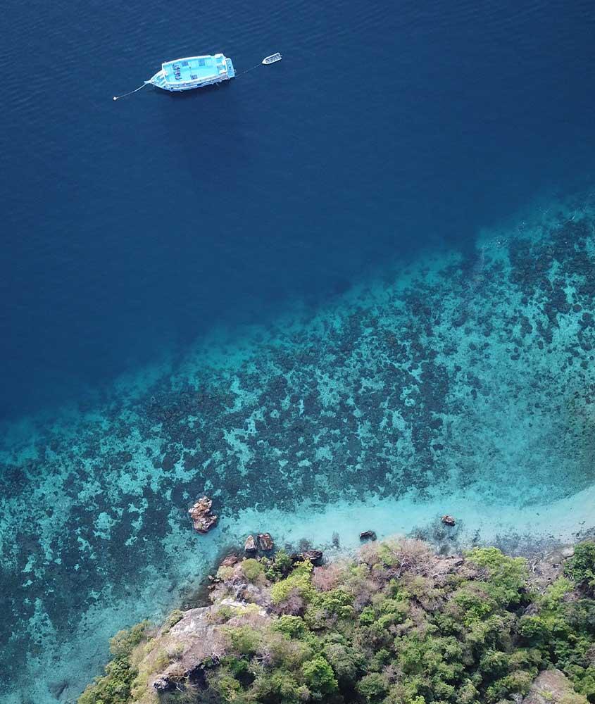 vista aérea de barco em águas azuis