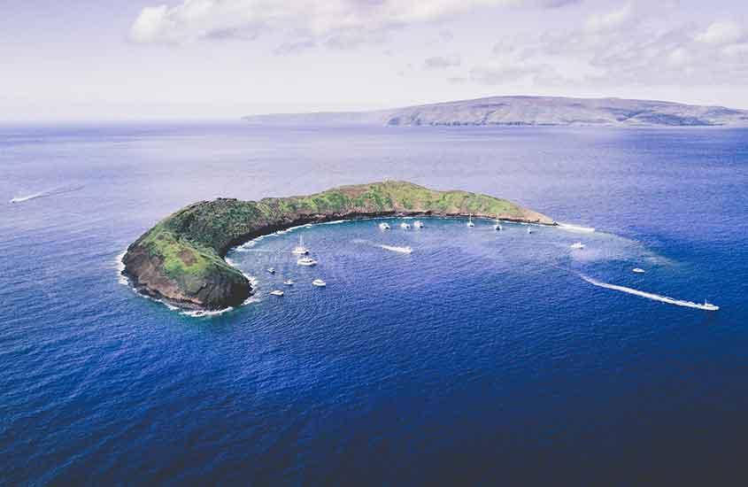 vista aérea de barcos em mar do Havaí