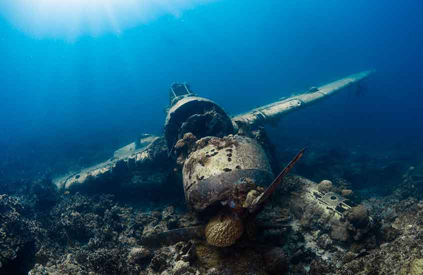 avião de guerra submerso em mar da Micronésia