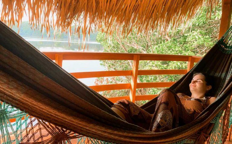 Bárbara Rocha deitada em rede de descanso em varanda