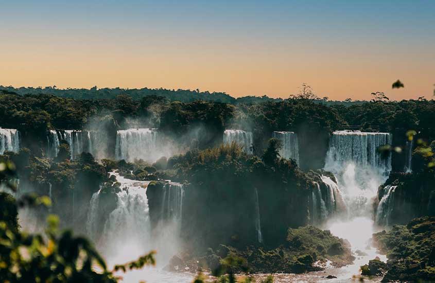 cataratas de Foz do Iguaçu, um dos melhores lugares para viajar sozinha no brasil, opção para quem vai fazer uma viagem solo