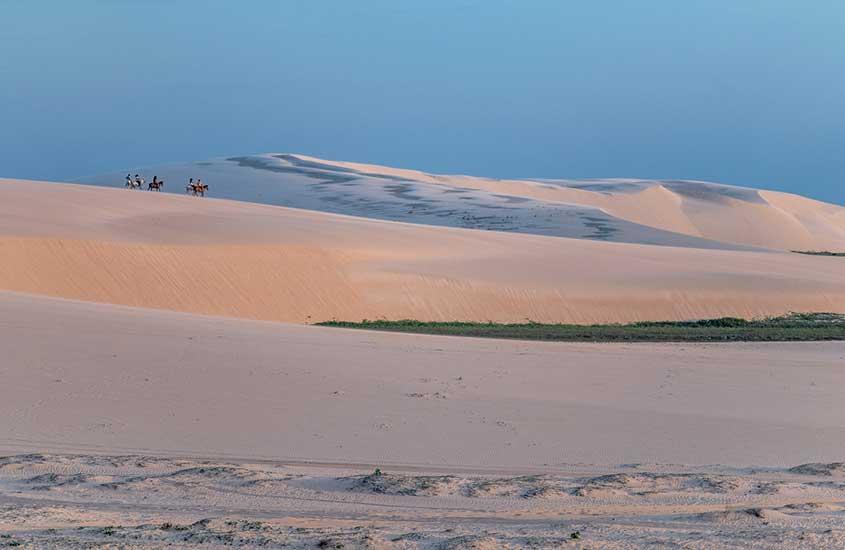 viajantes em dunas vazias de Jericoacoara, durante o dia, um dos melhores lugares para viajar sozinha no brasil