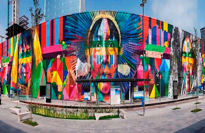 painel colorido, chamado de Mural Etnias, localizado no Boulevard Olímpico, uma atração interessante para quem busca o que fazer no centro do rio de janeiro