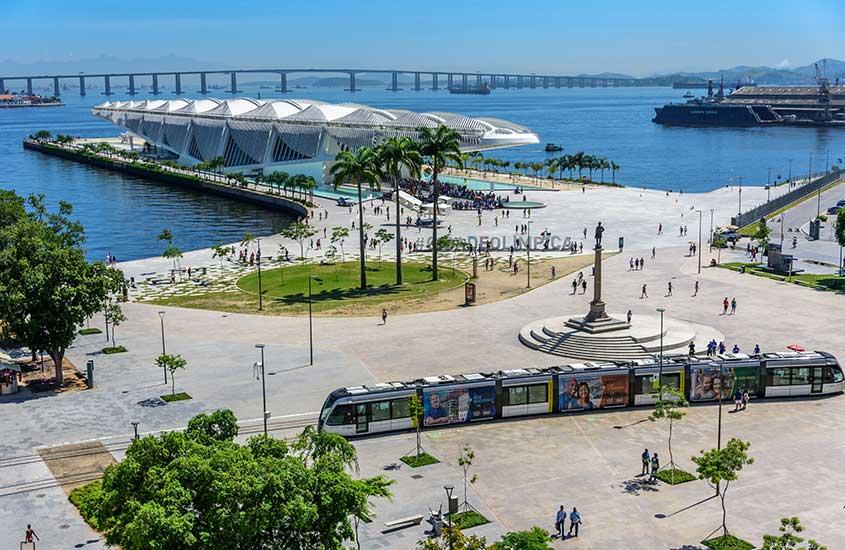 vista aérea de Praça da Mauá, durante o dia, onde há o Museu do Amanhã, uma atração interessante para quem busca o que fazer no centro do rio de janeiro