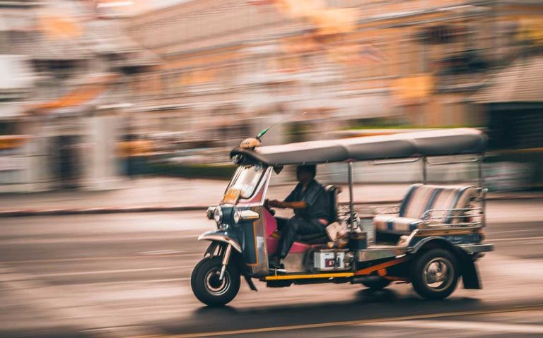 homem dirige tuk tuk em Bangkok