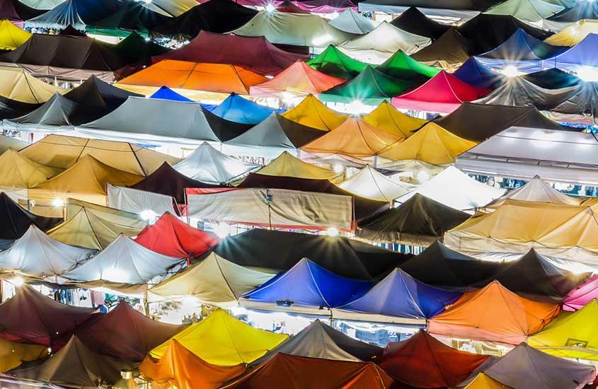 tendas coloridas em rua
