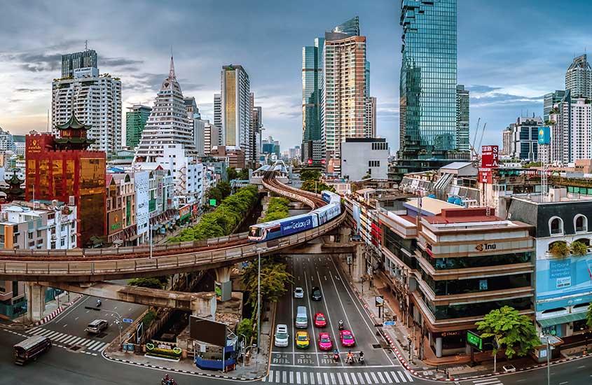 prédios e estradas com carros e motos em Sathorn, uma opção para quem busca onde ficar em Bangkok
