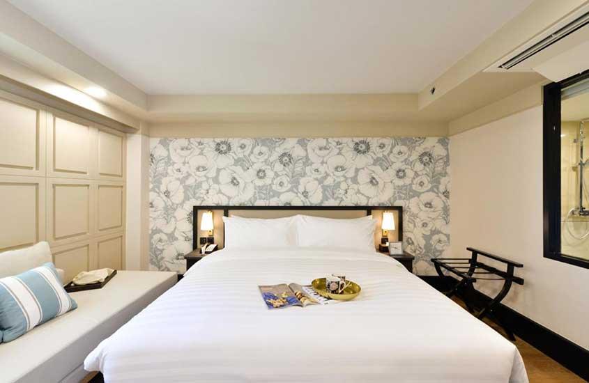 quarto de hotel com cama de casa e sofá