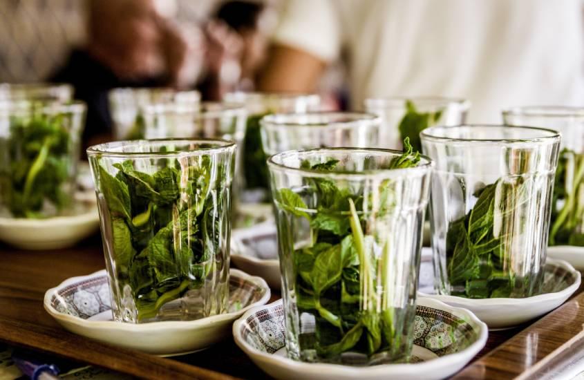 Preparação do chá de menta.