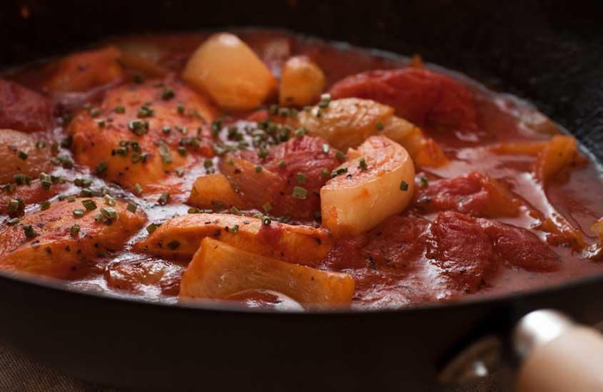 panela com ensopado conhecido como tomate Bredie