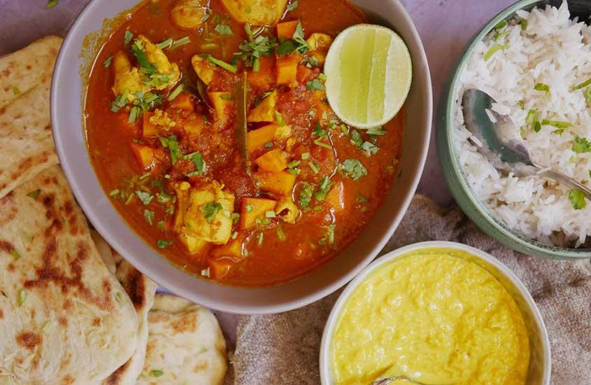 vasilha com curry Cape Malay, um frango repleto de temperos como canela, açafrão e pimenta