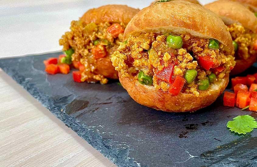 bolo de massa frita com carne picada conhecido como 'bolo gordo', é uma das comidas da África do sul