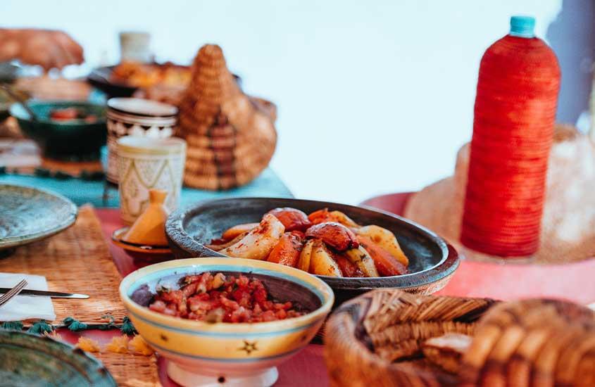 Tagine, prato tradicional marroquino, em cima de mesa. Uma das curiosidades do marrocos é que o país tem uma das melhores culinárias do mundo