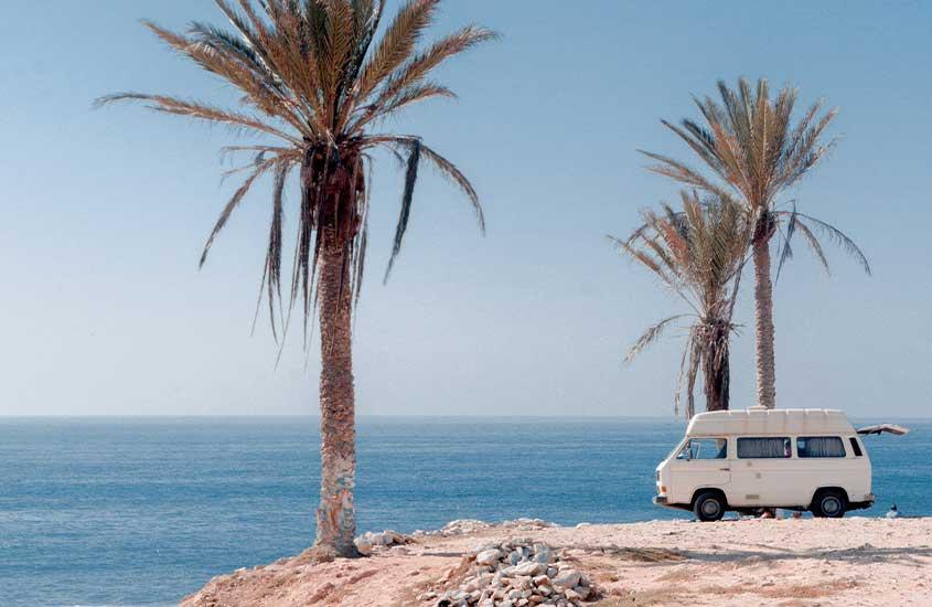 Carro branco estacionado em frente à praia. Uma das curiosidades do Marrocos é que há diversas praias com Bandeira Azul