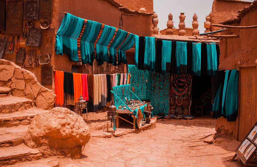 tecidos coloridos expostos para venda em Marrakesk, Marrocos