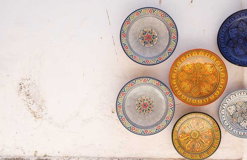 pratos coloridos em chão branco disponíveis para venda, uma das curiosidades do Marrocos é que as refeições são baratas