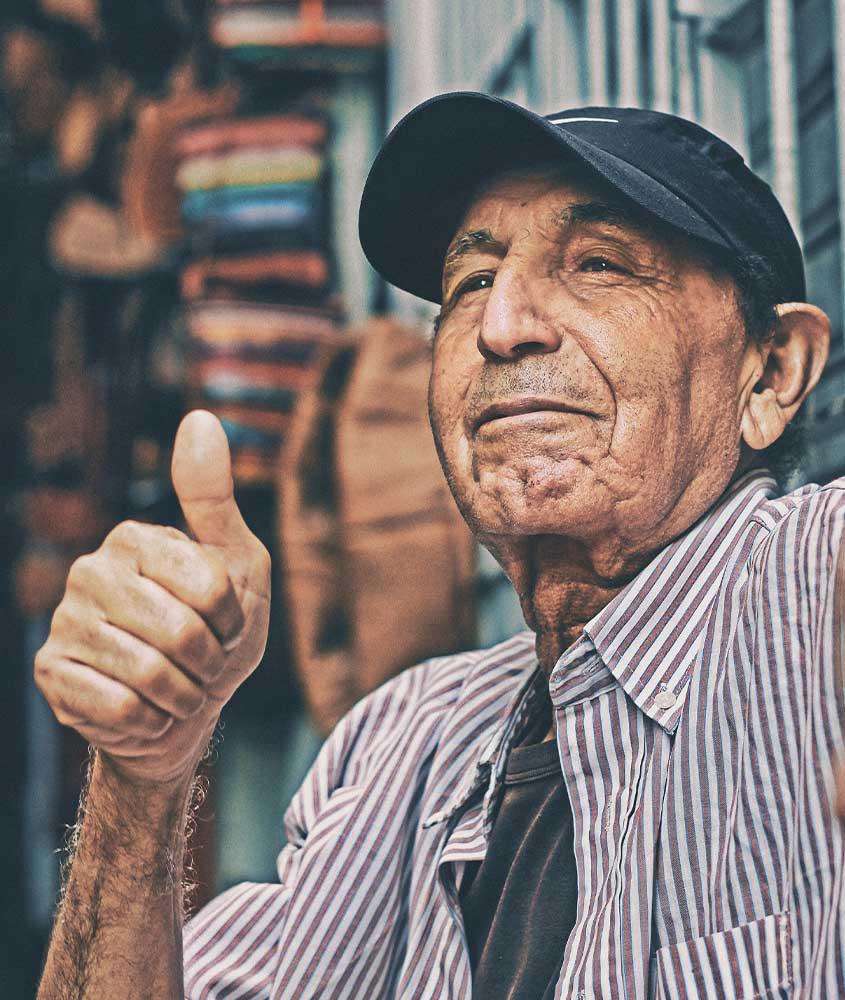 Homem marroquino fazendo sinal de positivo