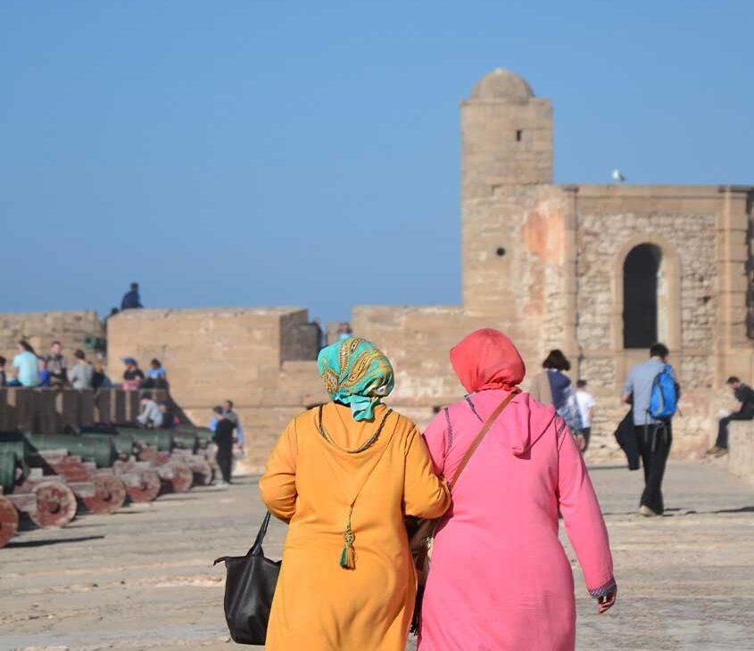 Mulheres marroquinas caminhando juntas em rua do Marrocos