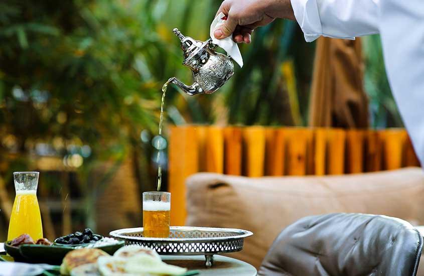 Chá sendo servido em restaurante, uma das curiosidades sobre o Marrocos é que os marroquinos são loucos por chá