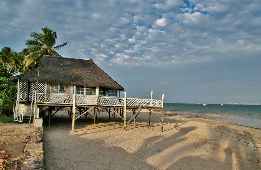 casa em areia de Ilha de Itaparica, um dos lugares baratos para viajar na bahia