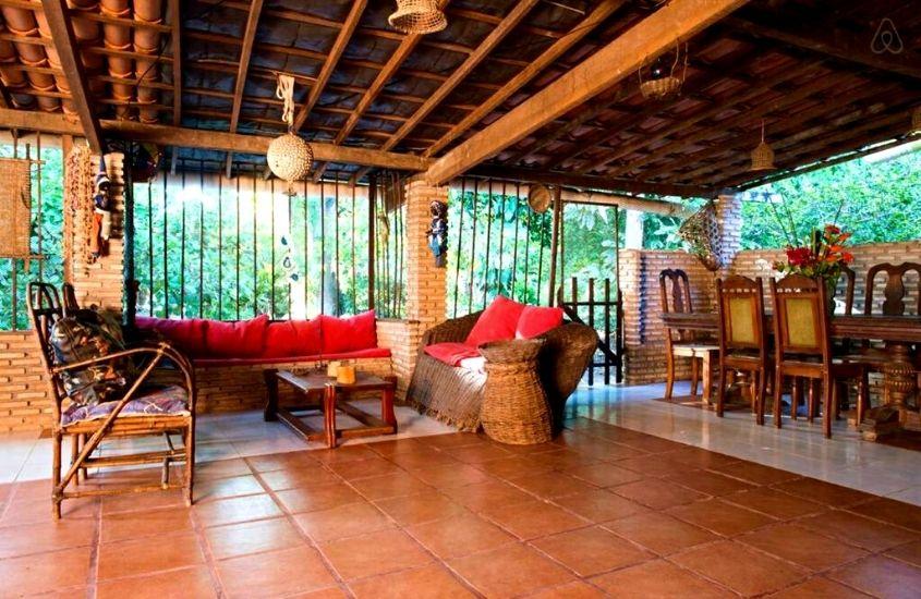 sofás e cadeiras em sala de Pousada Villa Amari, uma hospedagem em Ilha de Itaparica