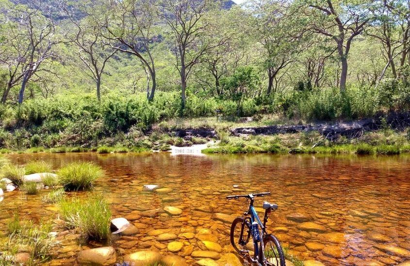 bicicleta em rio em Serra do Cipó, um dos melhores lugares para viajar em minas gerais