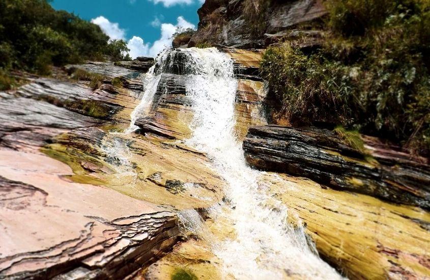 Cachoeira caindo sobre as pedras em Ibitipoca, um dos lugares para viajar em minas gerais