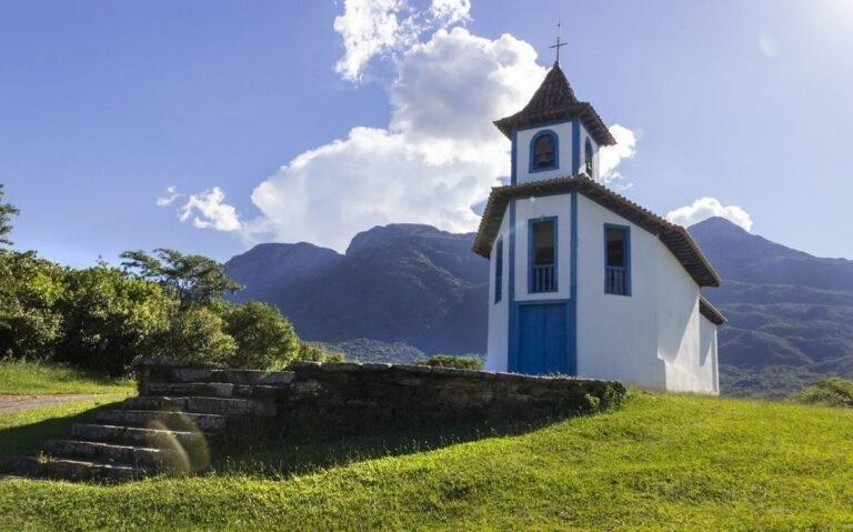 pequena igreja em montanha, sob céu azul em minas gerais