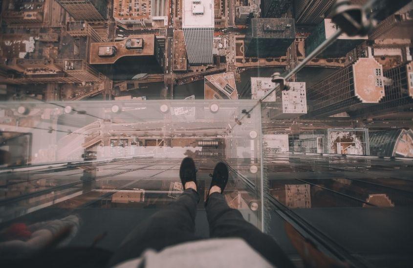 Pessoa na beira de um prédio alto