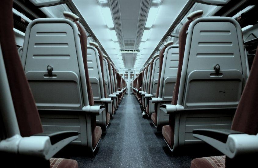 Corredor e assentos de avião. Uma das formas de driblar o medo de viajar de avião é escolher os melhores assentos