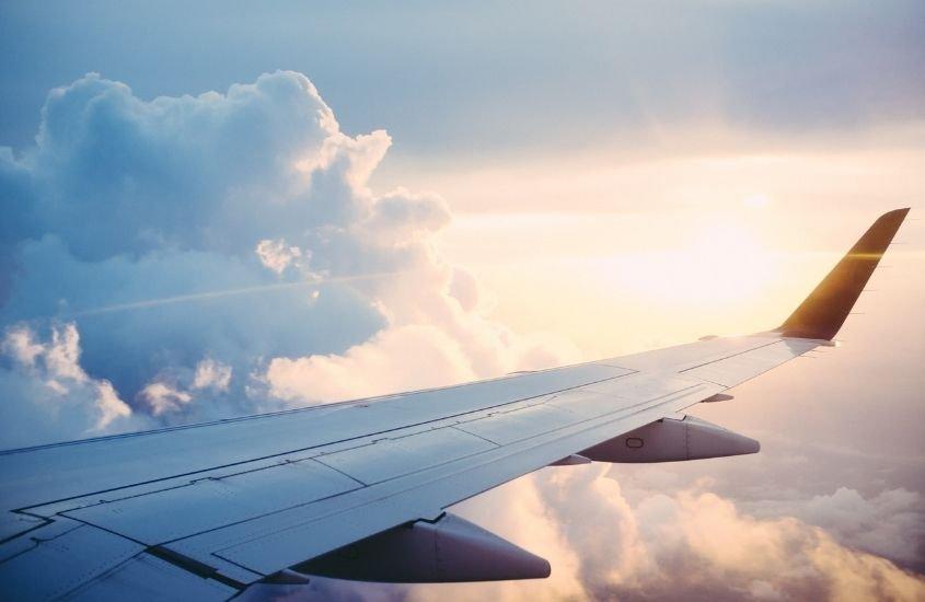 Avião voando sobre as nuvens de dia