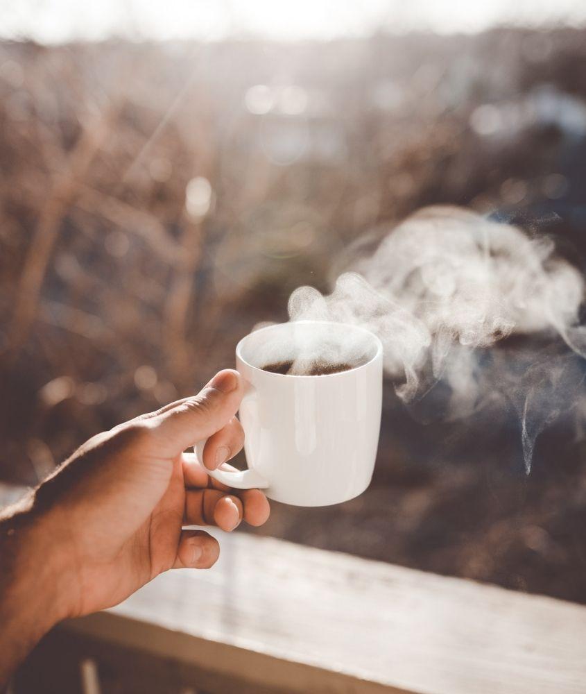 Café quente ao amanhecer. Uma das formas de driblar o medo de viajar de avião é evitar cafeína