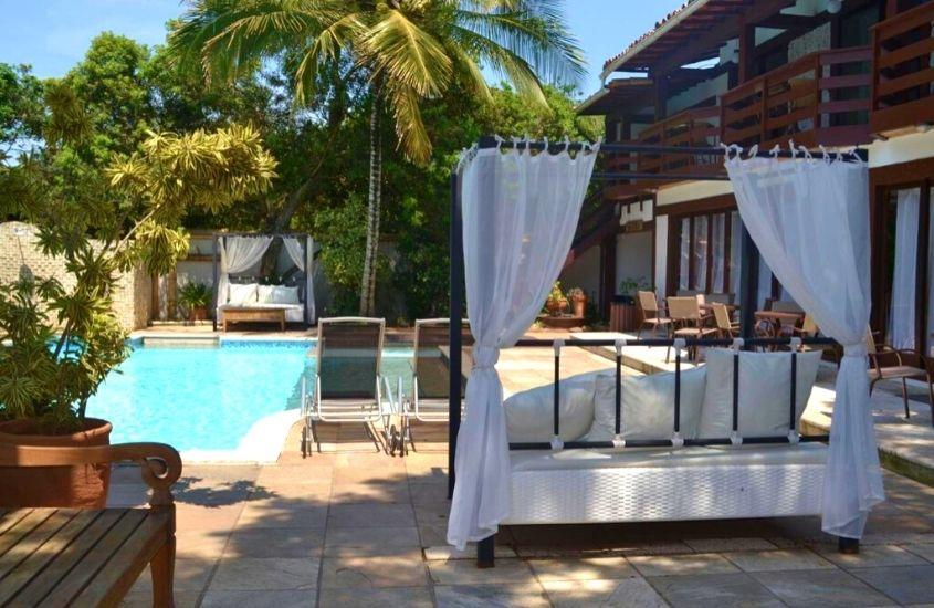 piscina em dia ensolarado em área de lazer de Blue Marlin, uma das melhores pousadas em búzios