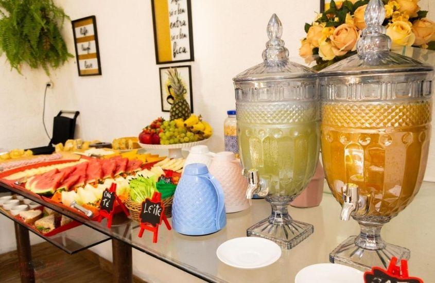 mesa com frutas e sucos em pousada Gente Bonita Geribá, em Buzios