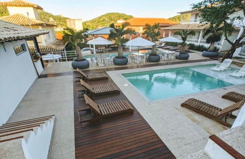 espreguiçadeiras de frente para piscina de Aroma do Mar, uma das pousadas em buzios