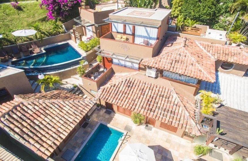 vista aérea de piscinas e de Pousada Praia João Fernandes, uma das melhores pousadas em búzios