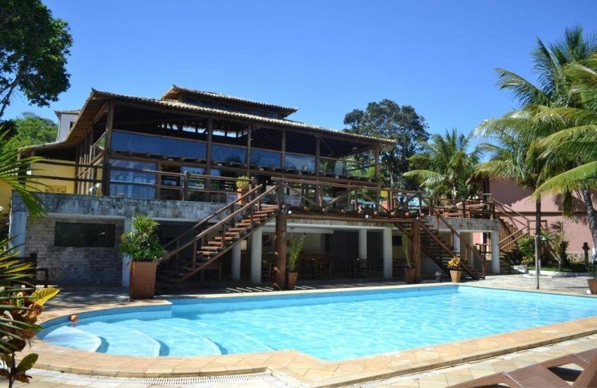 Piscina em dia ensolarado em área de lazer de Pontal da Ferradura, uma das melhores pousadas em búzios
