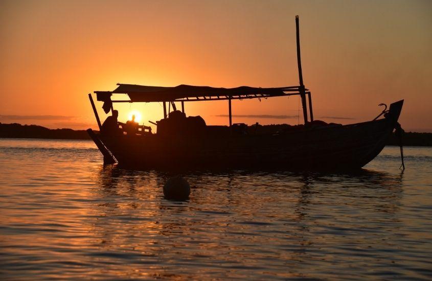 silhueta de barco em mar de Boipeba durante o entandecer