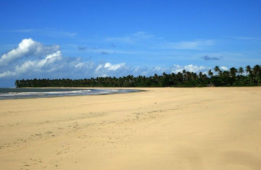 mar, areia vazia e coqueiros em Praia de Bainema, uma opção para quem busca o que fazer em Boipeba