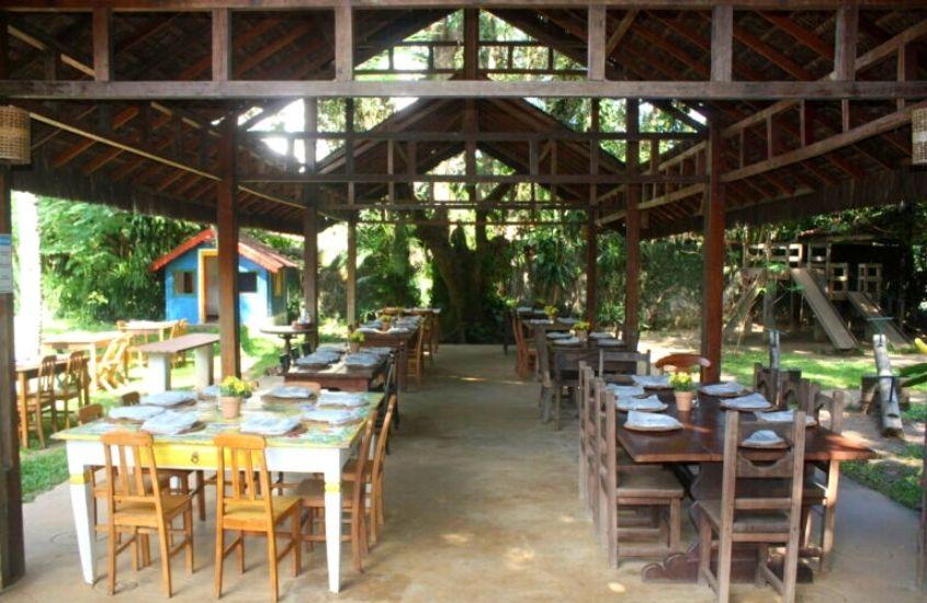 mesas e cadeiras em caramanchão do Gugut, um ótimo restaurante para quem procura o que fazer em Vargem Grande rj