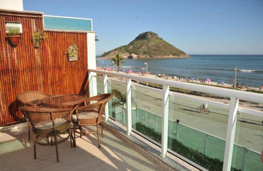 mesa e cadeiras em varanda de apartamento Reserva do Pontal com vista para o mar