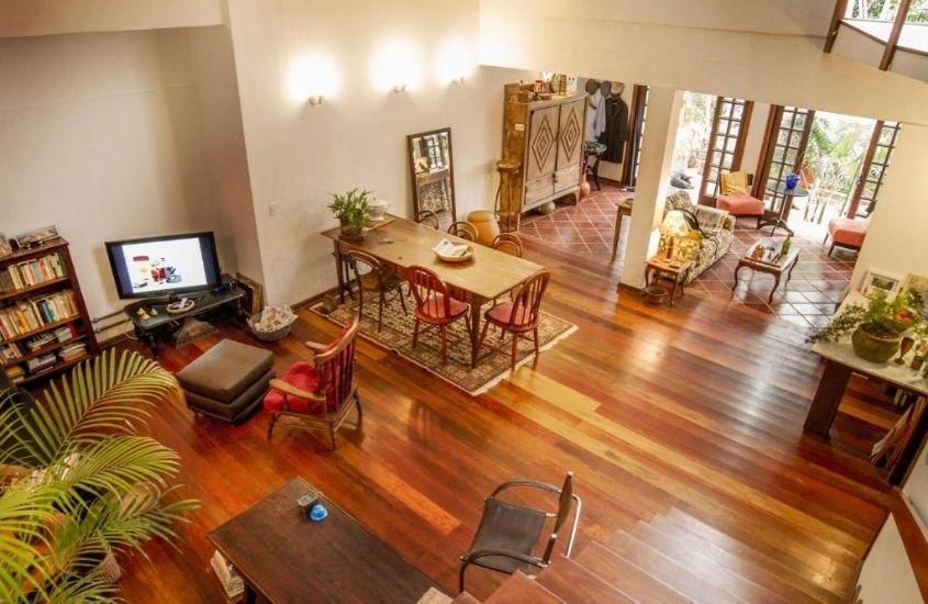 cadeiras, mesas e tv em saguão da Pousada Zefa, uma ótima opção de hospedagem para quem busca onde ficar e o que fazer em Vargem Grande