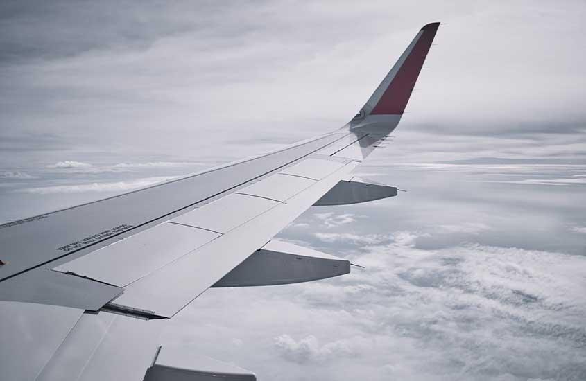 asa de avião sobre nuvens